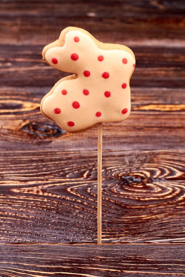 Biscoito dado forma coelho na vara fotografia de stock royalty free