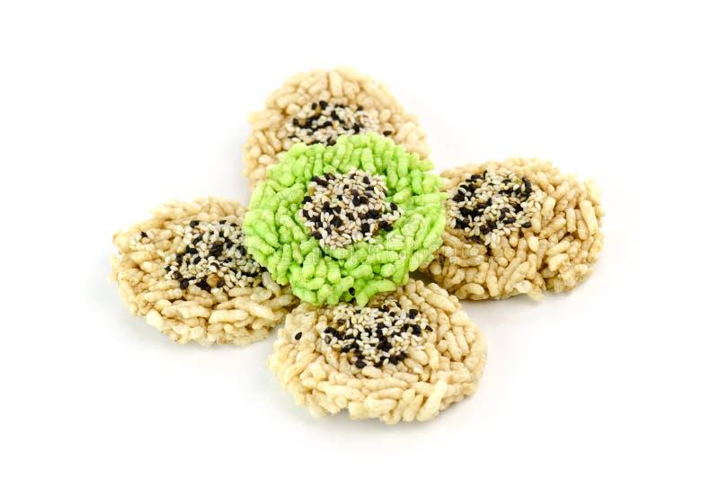Biscoito do arroz com o sésamo isolado no fundo branco foto de stock