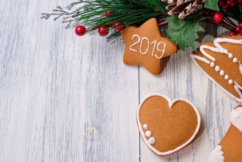 Biscoito do gengibre no fundo branco com árvore de Natal Copie o espaço fotos de stock royalty free