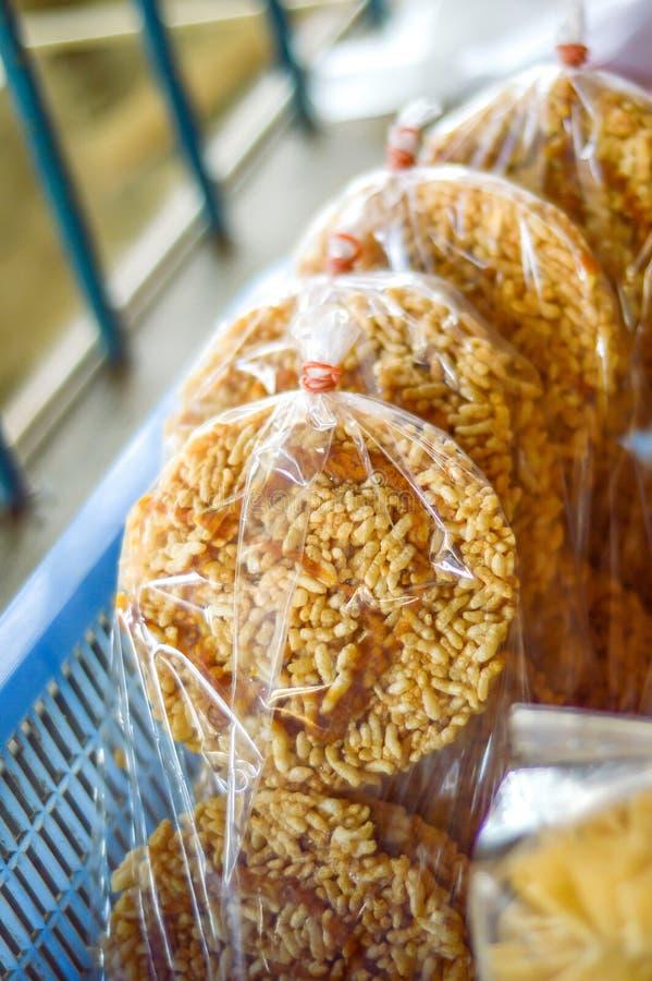 Biscoito friável doce tailandês do arroz com Cane Sugar fotografia de stock royalty free