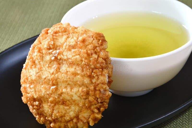 Biscoito japonês do arroz com chá verde fotografia de stock royalty free