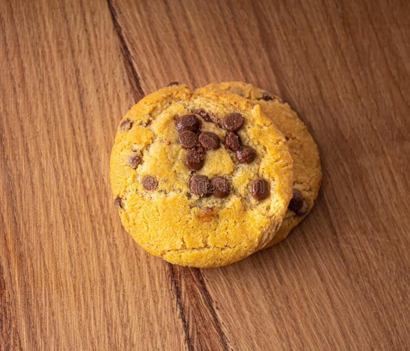 Biscoitos caseiros com partes do chocolate em uma tabela de madeira clara fotos de stock