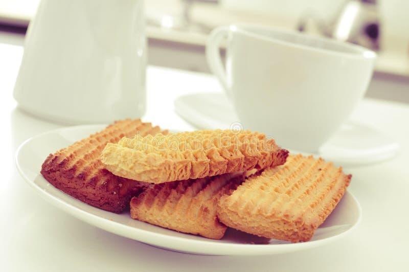 Biscoitos caseiros e café ou chá na mesa de cozinha foto de stock