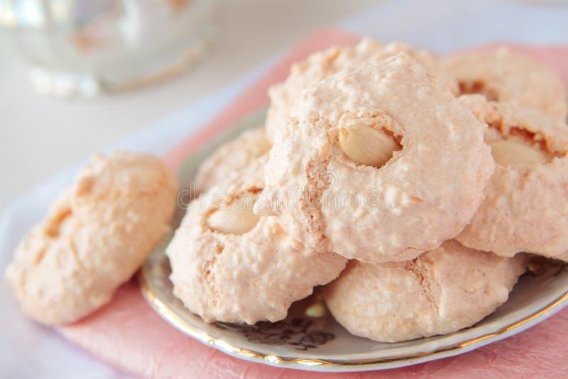 Download Biscoitos Com Amêndoa E Coco No Sauser Imagem de Stock - Imagem de saucer, de: 29829683