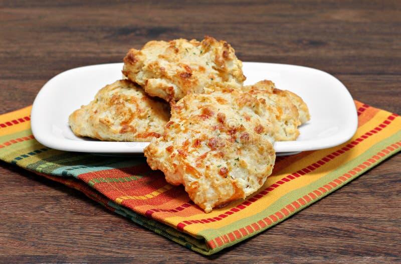 Biscoitos com queijo cheddar, alho e salsa Foc seletivo imagens de stock royalty free