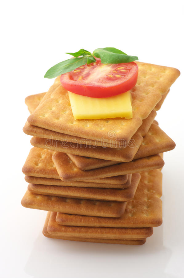 Biscoitos com queijo, tomate e manjericão foto de stock
