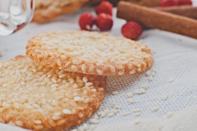Biscoitos com sementes de sésamo fotos de stock royalty free