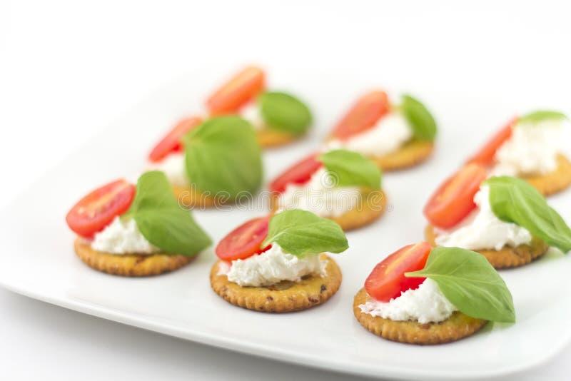 Biscoitos com tomate e manjericão do queijo fotografia de stock