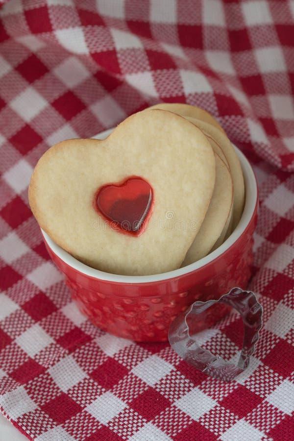 biscoitos Coração-dados fôrma fotos de stock
