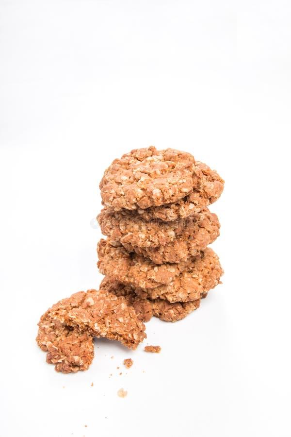 Biscoitos crocantes/cookies da aveia em um biscoito quebrado pilha na parte dianteira imagem de stock