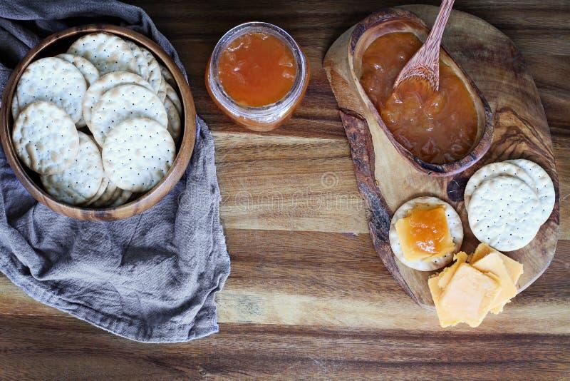 Biscoitos da água do queijo cheddar e aperitivos do doce do cantalupo imagem de stock