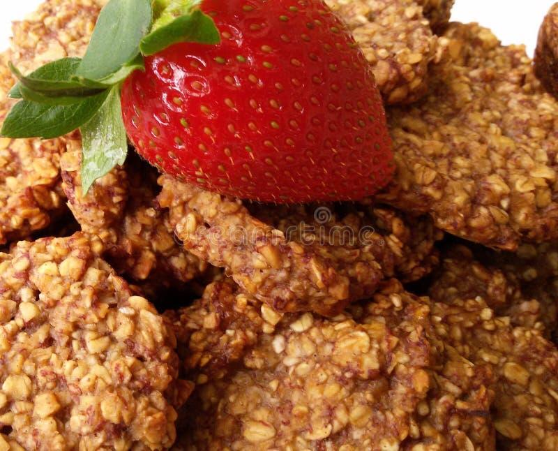 Biscoitos da aveia e da banana com morango fresca fotos de stock