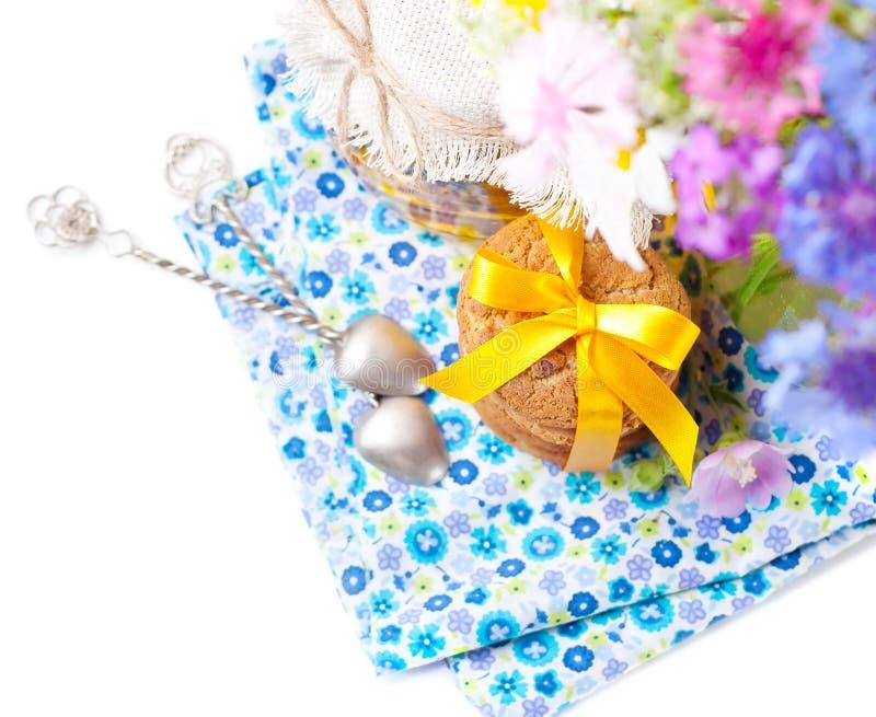 Biscoitos da aveia e flores do verão fotos de stock