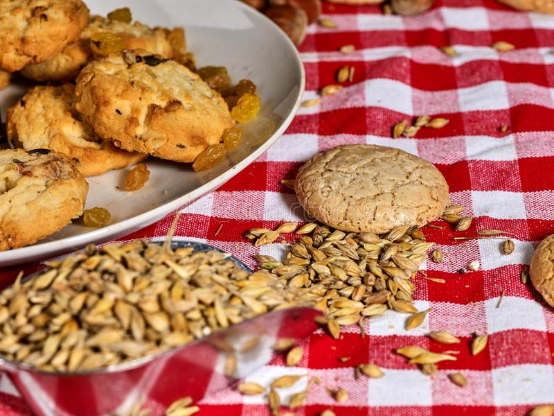 Biscoitos de aveia com aveia inteira com casca Café da manhã à esquerda foto de stock royalty free