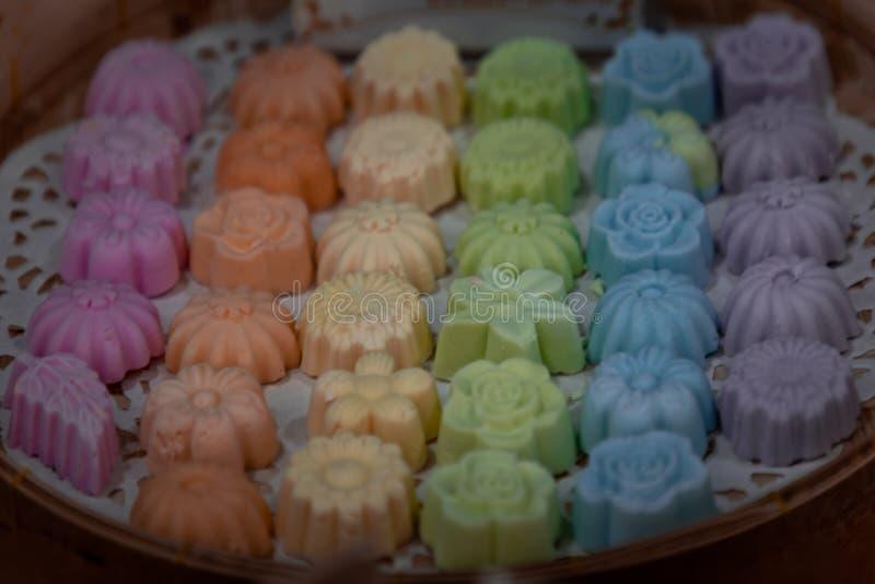 Biscoitos de coco tailandeses ou Khanom Sam Pan Nee, feitos de farinha de tapioca, creme de coco e açúcar servindo em uma mão de  foto de stock