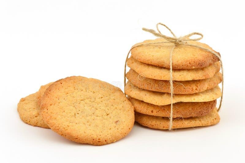 Biscoitos de manteiga caseiros do amendoim Uma pilha amarrada com guita e algum fraco pelo lado imagem de stock royalty free