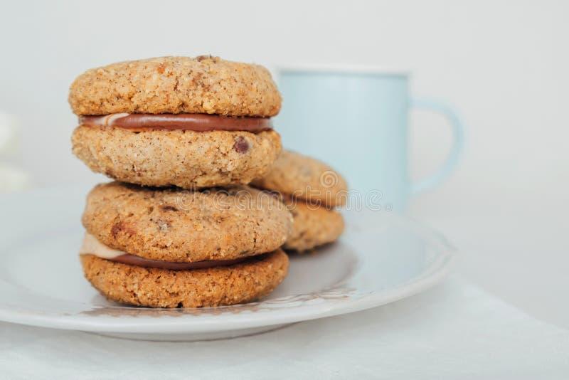 Biscoitos deliciosos de sanduíche de migalha Baci di Dama ou Lady beijos com enchimento de chocolate foto de stock royalty free
