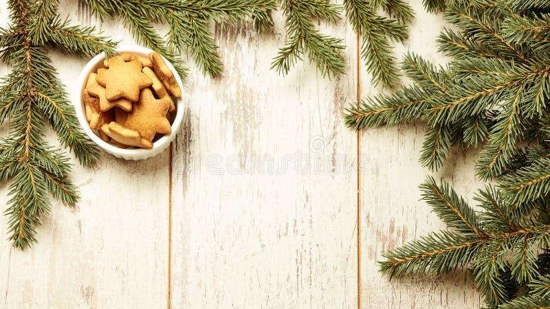 Biscoitos deliciosos do gengibre Ramo do abeto Newyear Fundo claro fotos de stock royalty free