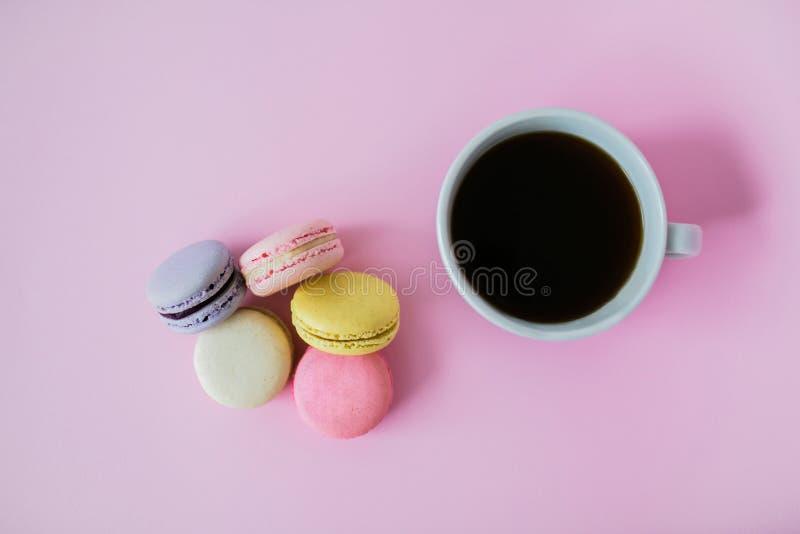 Biscoitos do bolinho de amêndoa ou do macaron no fundo cor-de-rosa fotografia de stock