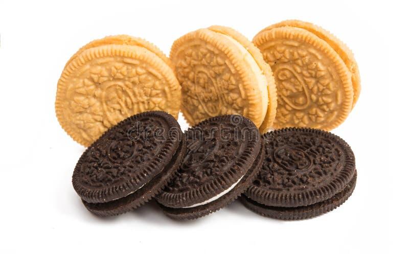 Download Biscoitos Do Chocolate Com O Enchimento Do Creme Isolado Foto de Stock - Imagem de preto, infância: 80101418