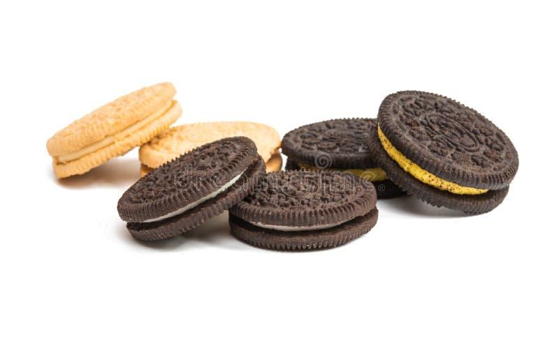 Download Biscoitos Do Chocolate Com O Enchimento Do Creme Isolado Imagem de Stock - Imagem de vidro, confectionery: 80101537
