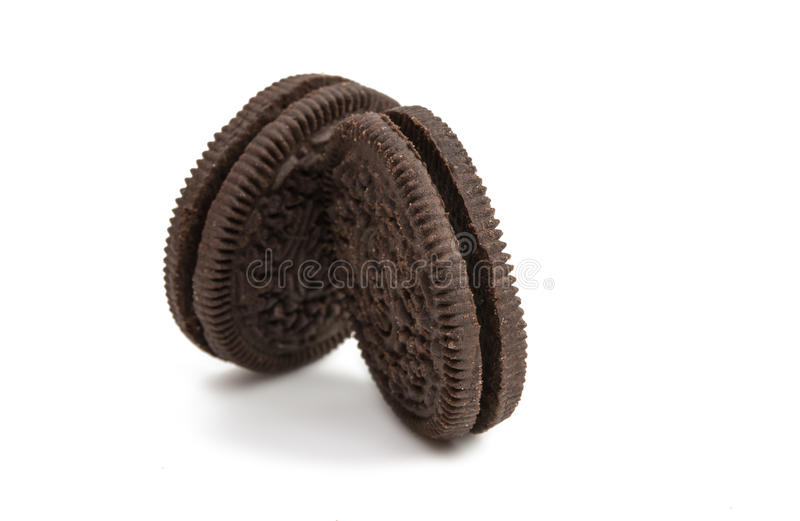 Download Biscoitos Do Chocolate Com O Enchimento Do Creme Isolado Foto de Stock - Imagem de sanduíche, mordida: 80102094