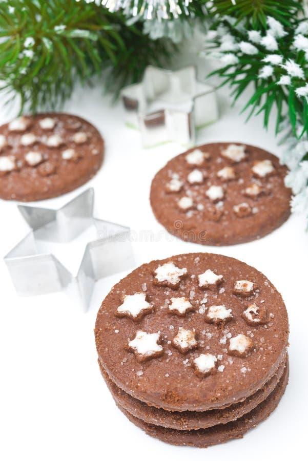 Biscoitos do chocolate do Natal, prato de cozimento no fundo branco imagens de stock