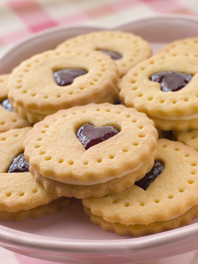 Biscoitos do coração do atolamento e do creme foto de stock