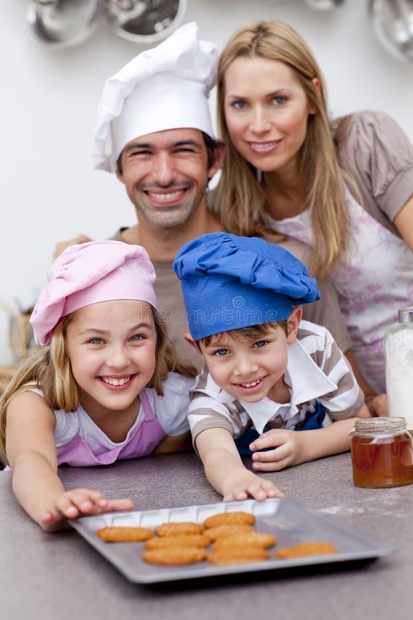 Biscoitos do cozimento da família na cozinha imagem de stock royalty free