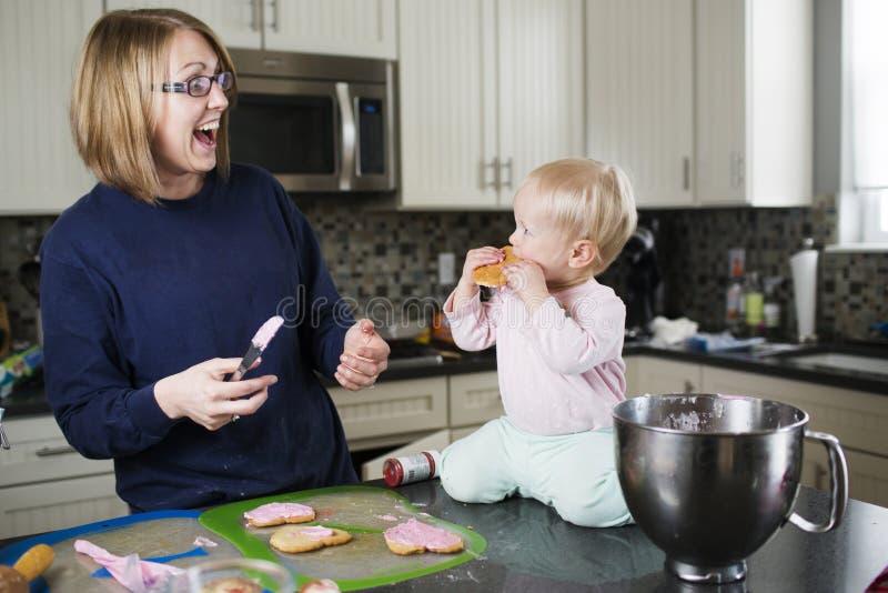 Biscoitos do cozimento da mãe e da filha junto fotografia de stock