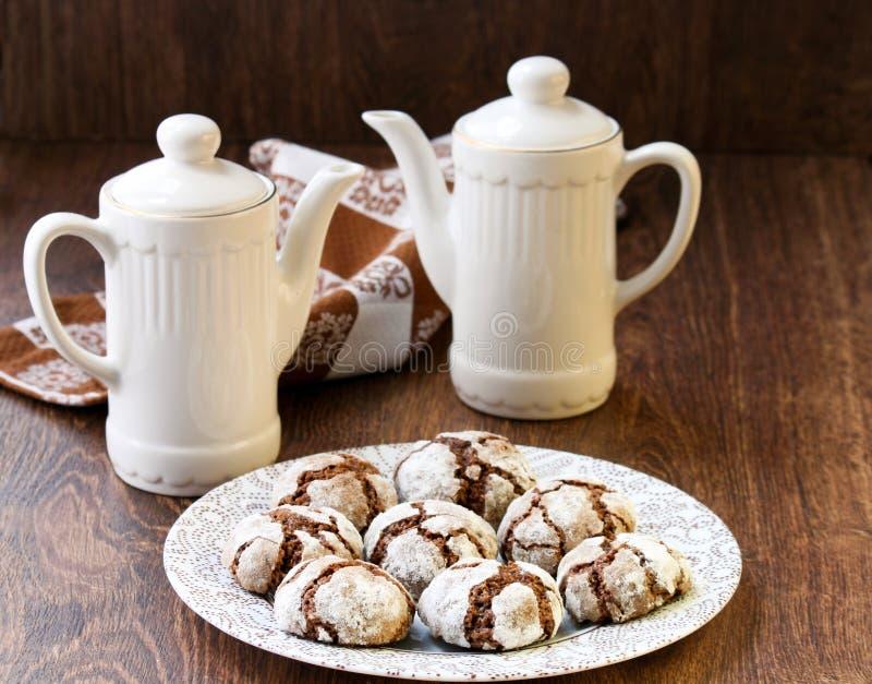 Biscoitos do crackle do chocolate fotografia de stock