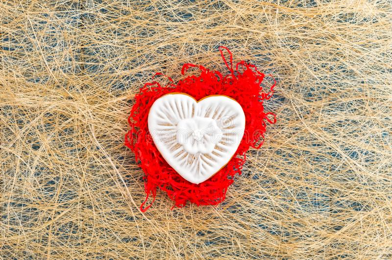 Biscoitos do gengibre com chocolate branco Bolinhos sob a forma do coração Configuração lisa fotos de stock
