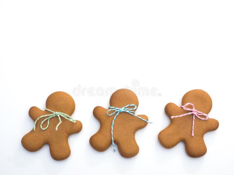 Biscoitos do Natal no fundo branco Cozimento do Natal Fazendo biscoitos do Natal do pão-de-espécie Conceito do Natal foto de stock royalty free