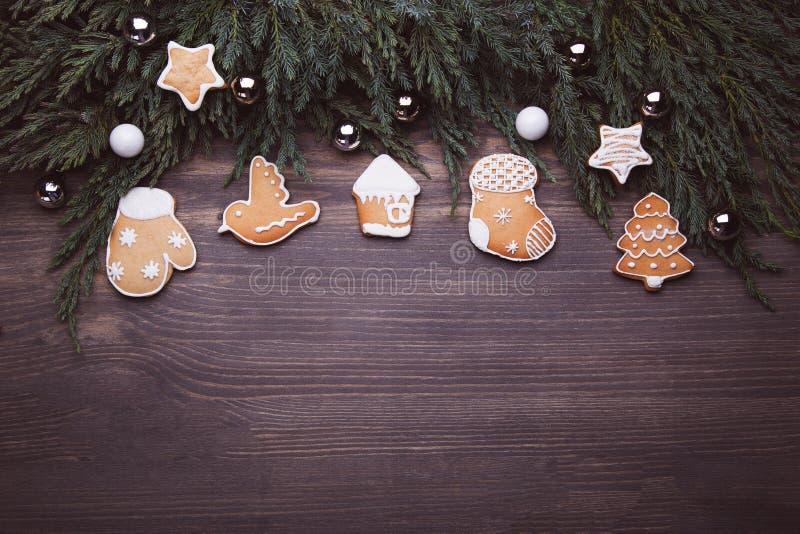 Biscoitos do pão-de-espécie do Natal no fundo de madeira fotografia de stock