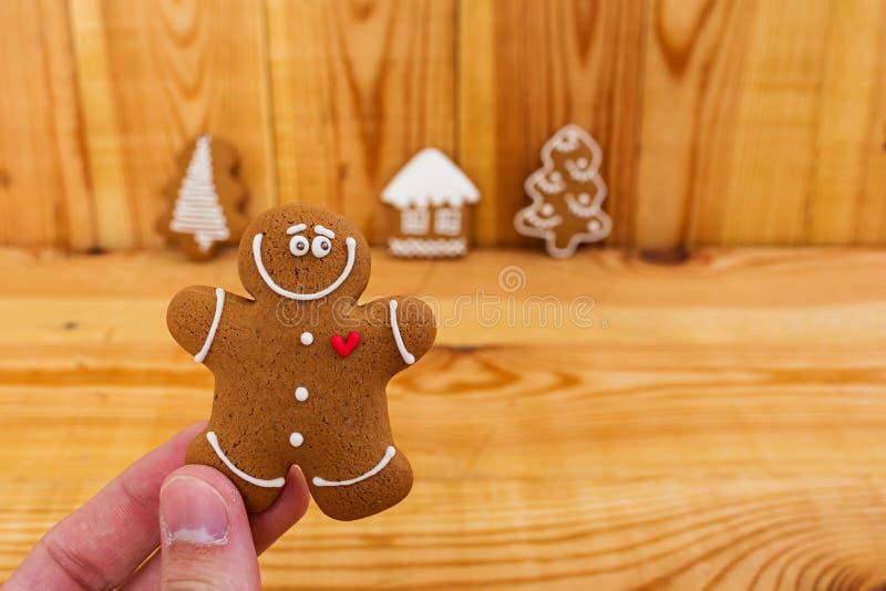 Biscoitos do p?o-de-esp?cie do Natal no fundo de madeira fotografia de stock royalty free