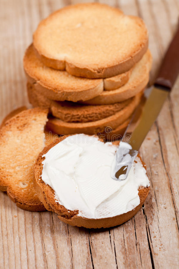 Biscoitos do petisco com queijo creme e faca imagem de stock royalty free