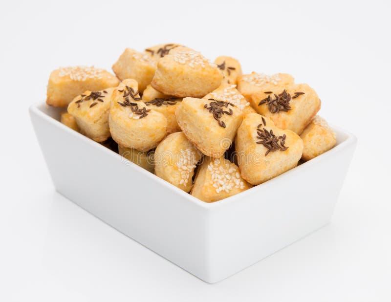 Biscoitos do queijo com cominhos e s?samo fotografia de stock