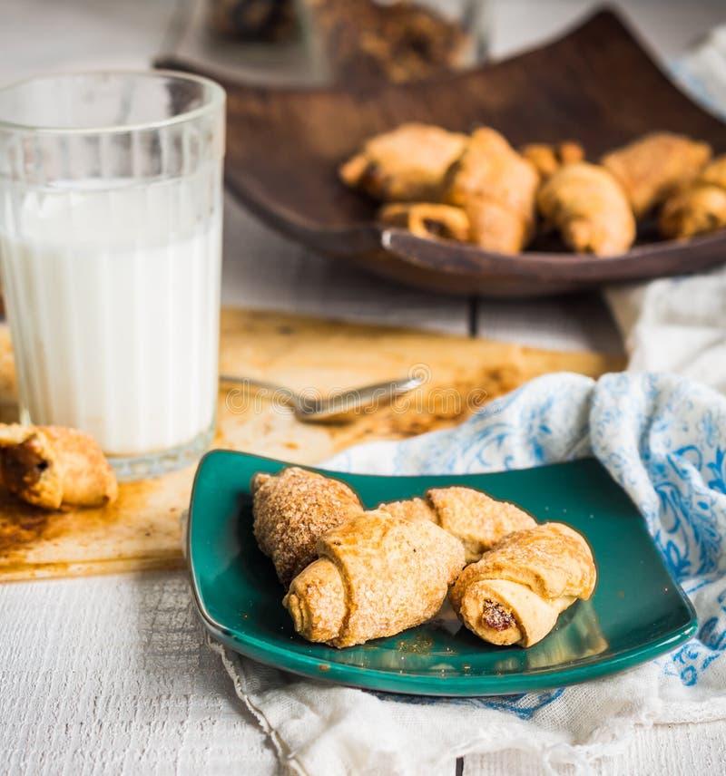 Biscoitos dos Bagels da pastelaria curto enchida com leite condensado dentro foto de stock royalty free