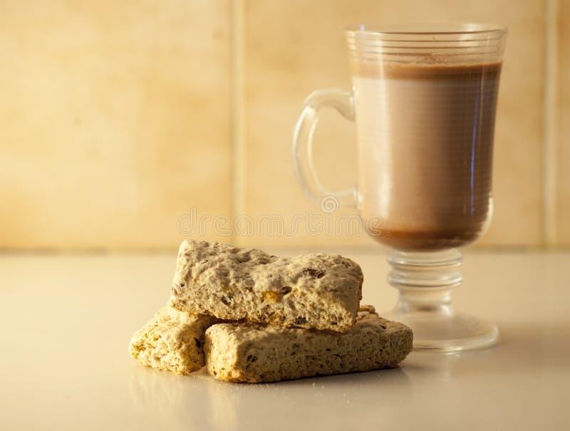 Biscoitos e chocolate quente imagens de stock