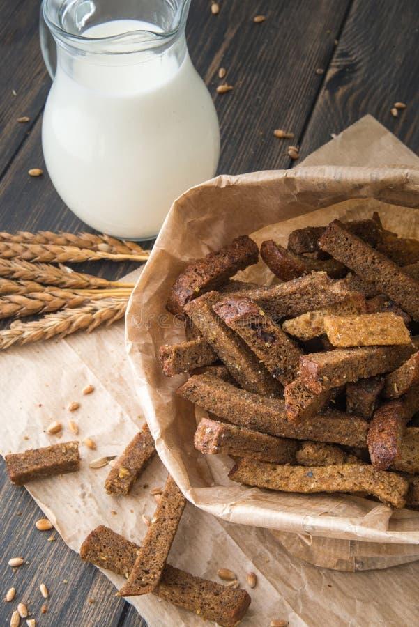 Biscoitos e migalhas brindados do pão de centeio no saco de papel do ofício imagem de stock royalty free