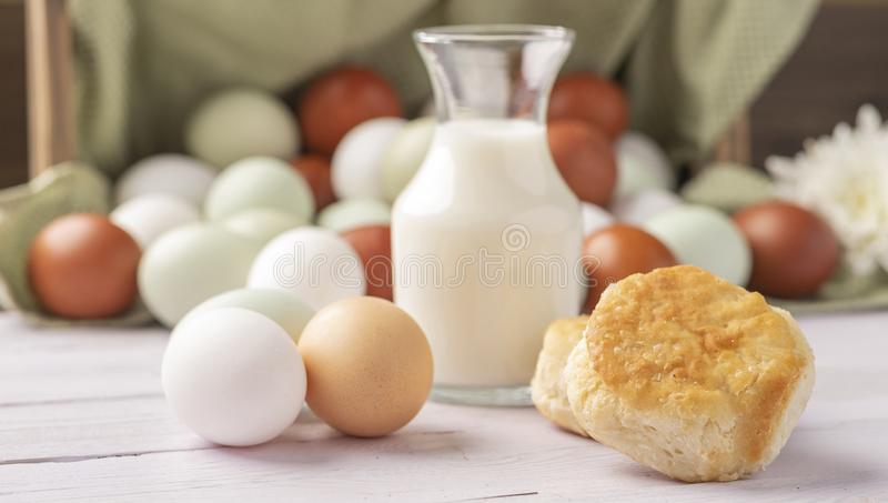 Biscoitos e Ovos Orgânicos Isentos De Gaiolas imagens de stock royalty free