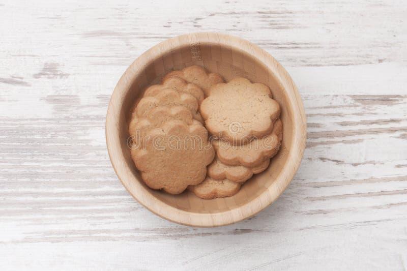 Biscoitos em uma bacia imagens de stock royalty free
