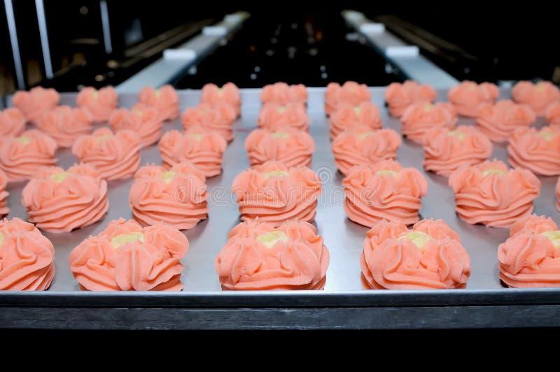 Biscoitos em uma folha de cozimento fotografia de stock royalty free
