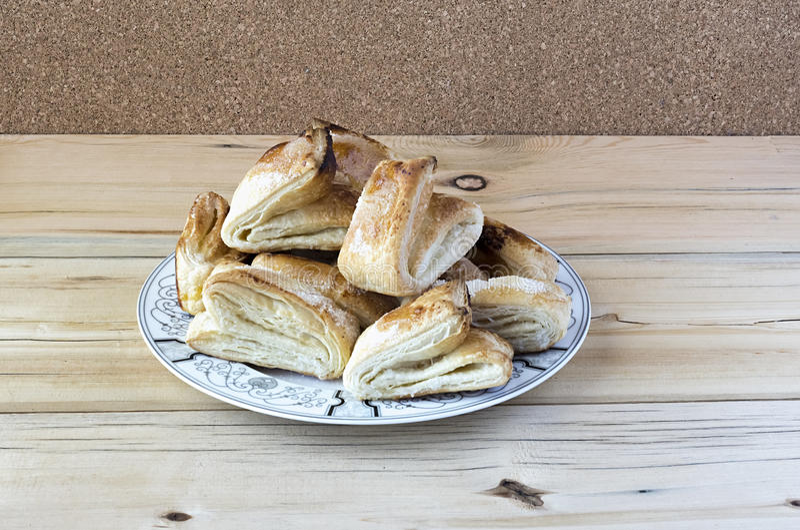 Biscoitos flocosos em uma placa foto de stock royalty free