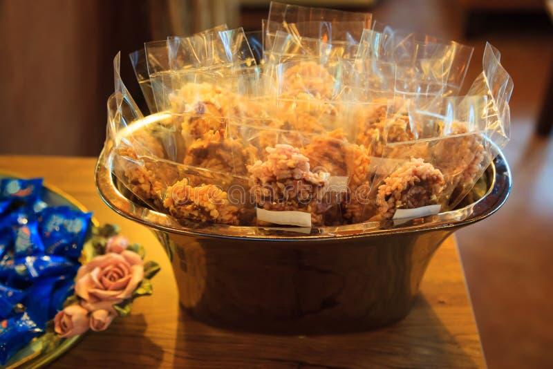 Biscoitos friáveis doces tailandeses tradicionais do bolo de arroz com Cane Sugar Drizzle Khao Tan dentro dos pacotes plásticos n imagem de stock