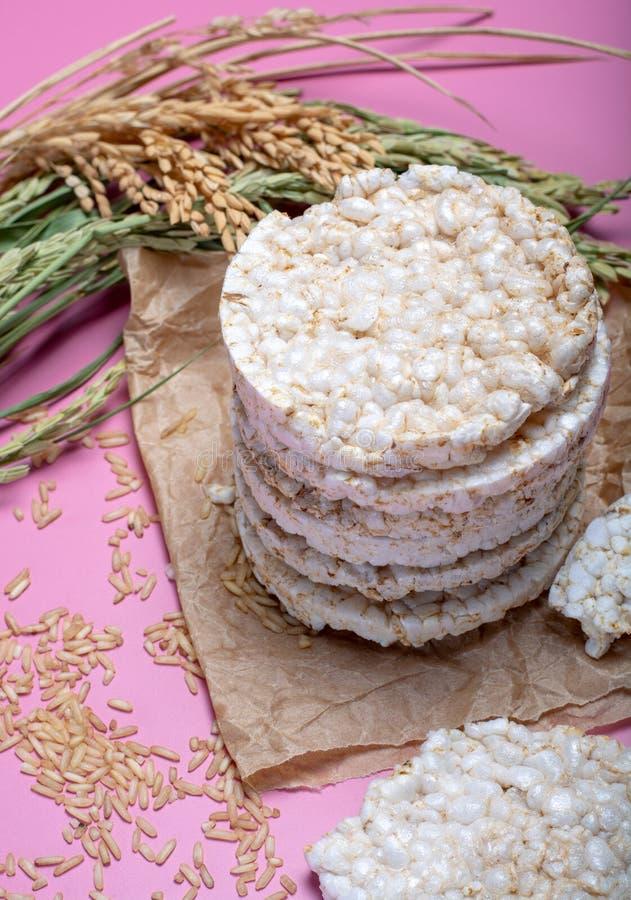 Biscoitos friáveis redondos do arroz, conceito dietético e vegetari saudável fotografia de stock