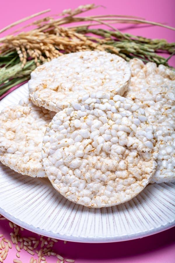 Biscoitos friáveis redondos do arroz, conceito dietético e vegetari saudável foto de stock royalty free