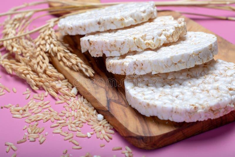 Biscoitos friáveis redondos do arroz, conceito dietético e vegetari saudável imagens de stock