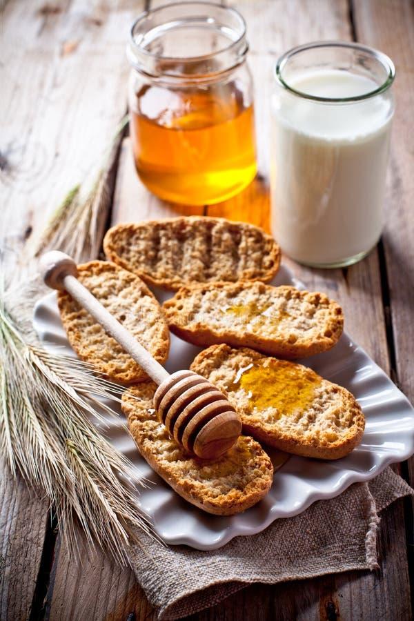 Biscoitos, leite e mel foto de stock