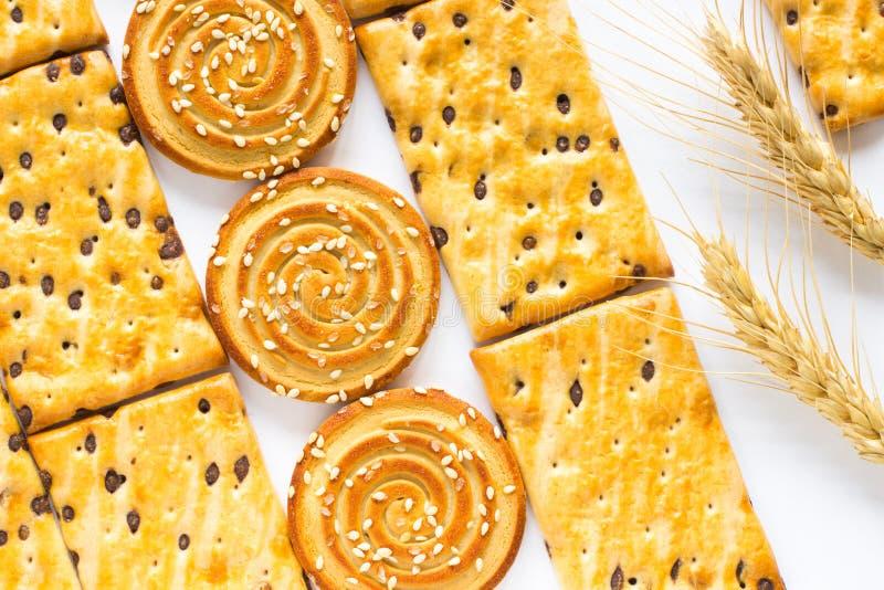 Biscoitos no branco Dois pontos do trigo Vista superior foto de stock